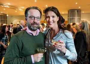 Patrick och Kristina Tinnert från Västerås tog en fördrink i Västerås konserthus foajé.