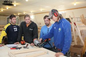 Ordinarie styrka samlad i fabrikshallen. T.v anställde Joel Wiklund från Jättendal och höger om honom delägarna Victor Lönnelid, Robert Lönnelid och Henry Sjögren från Sundsvall.