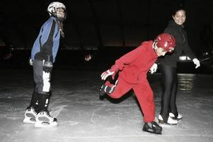 SKRINNER LOSS. Att köra snygga diskomoves på hal is kan vara svårt. Men systrarna Melissa,13 år, och Nadja Nilsson Özel, 17 år, lyckas fint tillsammans med sin kusin i mitten.