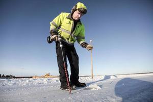 Per-Ola Zackrisson, ansvarig för isvägarna i länet, provborrar isen i närheten av färjeläget i Håkansta. – 25 centimeter, det är riktigt bra, konstaterar han.
