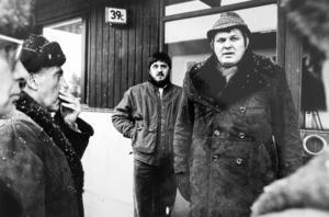 Rätten var på syn i Bosvedjan på Bågevägen där 11-årige Johan bodde tillsammans med sin mamma Anna-Clara. På bilden syns advokaterna Olof Arvidsson och Pelle Svensson, i bakgrunden står Johans pappa Björn Asplund.