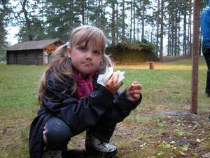 Fikapaus. Moa, 6 år, var där med mamma, Jessica. Moa tyckte det var gott med korv och var nyfiken på hur trollen såg ut som skulle vara med. Foto:Lovisa Svenn