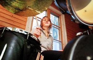 Hammerdalstjejen Tilde Eng, här under träning med bandet Black Mamba där hon är trummis, har fått stipendium och ska åka till Kina.