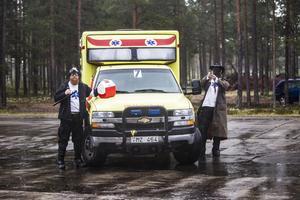 Bob Kåre och Falken eller Jerker Lundström och Samuel Falk som de egentligen heter, tillhör ambulansteamet.