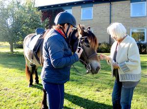 Carolina Browall ska besöka alla äldreboenden i Borlänge med sina terapihästar. Annie Högvall var en av de första som fick klappa Tottes mule.