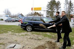 Grävt var det här. I duggregn och snålblåst tog Katarina Hansson och Jens Isemo det första spadtaget till Sydnärkes första biogasstation. Foto: Åsa Eriksson.