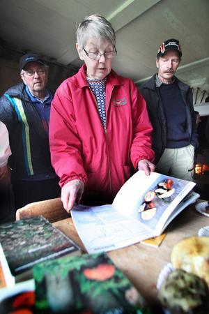 Maj Johansson tipsar om att det är bra att använda sig av svampböcker om man är osäker på vilken sort man har plockat.
