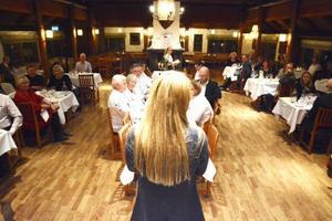 Lena Flaten, en av vinnarna i Årets Jämtlandsmeny, berättade om sitt recept för Håkan Flodin, Liv Ekerwald och andra medlemmar i Matakademien vid prismiddagen på Restaurang Hof.