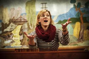 Det lyfter! Det lyfter! Kören sätter in sina röstresurser och Stina kan konstatera att hon har goda sångare till sitt förfogande! Foto: Susanne Kvarnlöf
