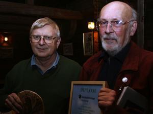 Boerje Bohlin, till höger, tog emot priser av naturskyddsföreningsordförande Sven Norman.