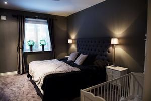 Stora sovrummet är inrett i mörka färger, inbyggd garderob och heltäckningsmatta.
