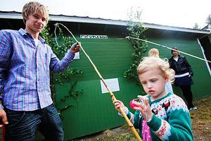 Olga Ruas, 3 år, Lindefallet, fiskar under överinseende av Martin Persson, fiskdammsansvarig Lindefallets SK.