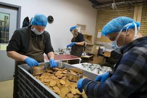Samhall utför uppdrag åt både offentlig och privat verksamhet. Allt från städning till förpackning och tillverkning. På bilden syns Samhallspersonal paketera pepparkakor.