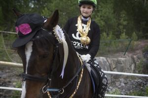 Ronja Simonsson kom tvåa i maskeraden för c-ponnies med sin hiphoputstyrsel.