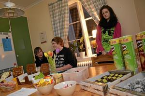 Mysigt. Att fika är naturligtvis viktigt. Christian Karlsson, David Kjellen och Jessica Lindkvist hänger i köket.
