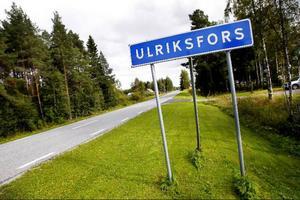 Nära Strömsund men ändå lite på sidan om ligger Ulriksfors, en ort som enligt byborna är betydligt trevligare att bo i än huvudpersonen i Hardda Ku Hardda Geits låt