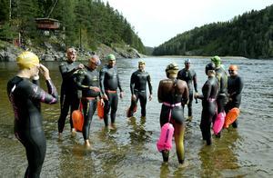 Stefan Andersson hjälper Tommie Nilsson med våtdräkten innan gänget ger sig av. Simturen gick från Allsta fiskecamp 4 kilometer nedströms mot Nolby.