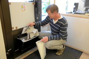 Måndag 12.33. Det lämnas enormt många korsord runt om på våra lokalredaktioner. Här är det min kollega Jan Wijk som tömmer Kumlas postlåda.