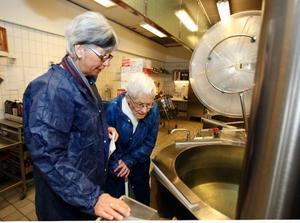 Grytor som är datastyrda och andra nymodigheter fick Ulla lindberg se under besöket. Birgitta Månsson visade och berättade.