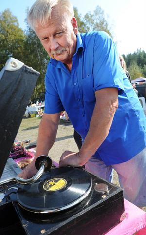Carl-Göran Otter från Söderhamn spelade stenkakor på en gammal handvevad grammofon.