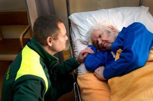 Ambulanssjukvårdare Anders Eklöf gav 87-årige Petter Messing de första sjukvårdande insatserna i hemmet innan färden kunde gå vidare hit till Lindesbergs lasarett.