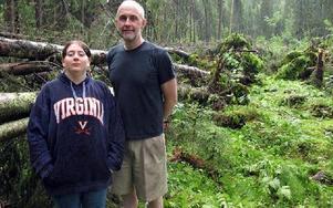 -- Här var det tät granskog, berättar Henrik Gråd med dottern Michelle Cherry. FOTO: KRISTINA VAHLBERGFOTO: KRISTINA VAHLBERG