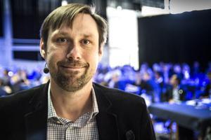 Henrik Rödjegård, forskare vid Senseair i Delsbo berättar att det känns stort hur nära man är de allra största vid mässor. Fotograf: Bo Wikman