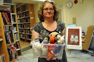 Maria Höglund Boberg, bibliotekarie på Stora Skedvi bibliotek, med de gosedjur (med tillhörande skrivböcker) som nu går att låna på biblioteket.