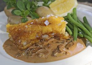 Majspanerad torskfilé är en glutenfri panerad fisk. Sås på karljohanssvamp passar bra till.