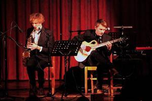 Erik Hellqvist (t v) och Marcus Moberg är akustiska duon Herbie som fick starka applåder i Hissmofors Folkets Hus på måndag kväll.