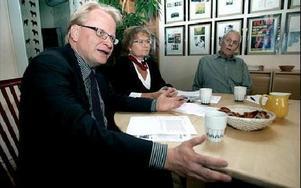 Peter Hultqvist, Annakari Berglund och Rune Hjort är kritiska till regeringens utredning om framtidens allmännytta.– Marknadsmässiga hyror leder till svår boendesegregation. Många har inte råd att bo kvar i attraktiva områden, säger de.Foto: Lina Axel
