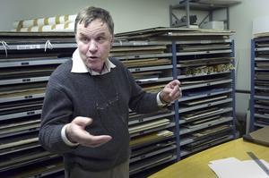 Arkiv. Gunnar Svanfeldt står i Bergsstatens arkiv. Här finns kartor och andra dokument om gruvbrytning i Bergslagen i flera hundra år. Foto: Anna Klintasp