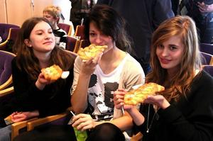 Firade. Elin Hagelin, Kristin Backlund och Emma Stockselius lät sig gärna bjudas på wienerbröd.