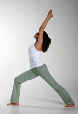 Yogaläraren Tara Devi visar Krigaren, en klassisk yogaposition som utvecklades på slagfältet.