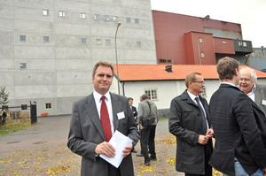 ÖKAR. Thomas Högblad, platschef på Erasteel i Söderfors, säger att man i den nya pulverstålsfabriken i bakgrunden ska börja med tvåskift. Vid årets slut ska det vara 15 anställda.