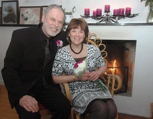 Det lyckliga brudparet Deshayes från Norrtälje efter vigseln i Svabensverks herrgård. De har varit ett par i 17 år och många gånger har varit på gång med giftermål utan att de lyckats komma till skott.