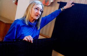 """""""Jag hade tänkt mig blått, men de blev nästan svarta"""", säger Gunilla Ellis och visar upp de första vävar hon gjorde efter maken Bengts bortgång."""