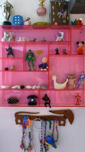 Blickfång. Samla småprylarna i en färggrann hylla och skapa ett effektfullt stilleben.