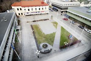Stadshustorget var tidigare salutorg. Det gamla torget försvann när stadshuset byggdes i mitten av 1960-talet.
