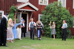 Efter många förvecklingar stundar stort bondbröllop på Gästgivars, mellan Jonas och Kerstin.