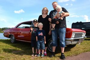 Torbjörn Wallin ville skapa en familjefest, och här har vi en hel glad familj: Pappa och mamma Erik och Annelie Elvén med barnen Sigrid, Oskar och Gustav.