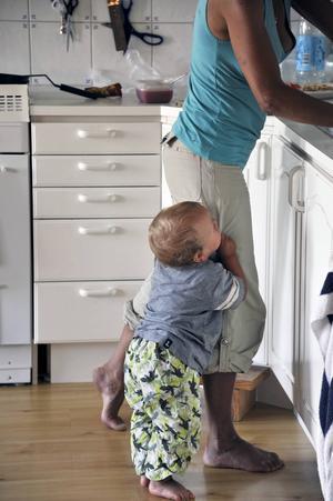 Att ha barn klängande kring benen är något som alla föräldrar behöver känna på.