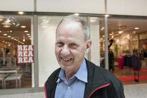Kjell Johansson upplever att det är mindre folk i butikerna i Valbo sedan finanskrisen slog till.