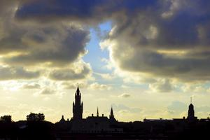 Fredspalatsets tinnar och torn avtecknar sig mot kvällshimlen. I Haag finns många internationella domstolar.