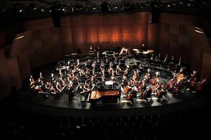 Fredrik Burstedt dirigerar den förstärkta orkestern.