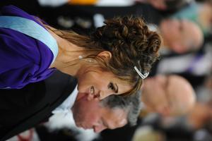 Drottning Rania av Jordanien 2/5. Katastrofalt. Hon är världens vackraste men på bröllopsdagen var hon inte det. Jag vet inte vad som har hänt här.Det ska nog vara trendigt, men det ser bara slarvigt ut. Det är inte min smak. En så pass vacker drottning skulle kunna ha varit mer välgjord och det känns ovärdigt henne en sån här dag.
