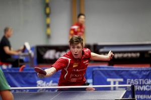 Anders Eriksson vann först mot Wu Jiaji, för att sedan förlora mot Magnus Månsson.