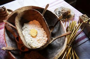 Gröten är vår äldsta maträtt vid sidan om brödet. Ofta skickade man runt en grötskål som alla åt ur, den som kom först fram till smöret under julenskulle få lycka och välgång.