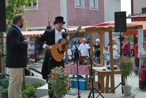 Mats Lindström bjöd på sång och musik av Bellman,. samtida med flera av vevkullorna som kom från leksand och han passade också på att påminna om