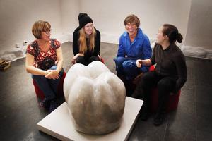 """Alva Marlen Ljusberg, Maya Westlund, Anna Erlandsson och Linda Svedberg hade mycket att skratta åt under förberedelserna inför utställningen """"Bit ihop och bit ifrån"""" som har sitt vernissage lördag 27 september i hus F på Campusområdet."""